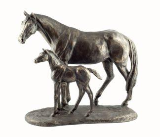 Stute mit Fohlen - Skulptur von Harriet Glen