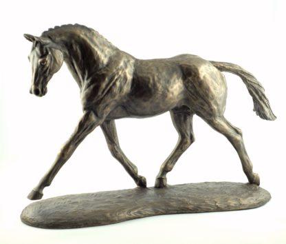 Trabendes Warmblut – Skulptur von Harriet Glen